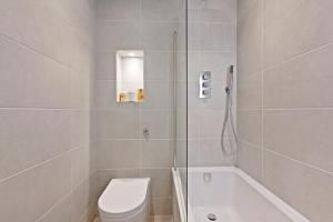 Stylish and Modern 2 Bed apt in Queens Park, Apartmány  Londýn - big - 64