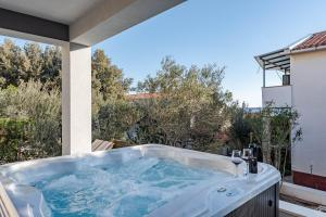 Bozi 2 luxury apartment with jacuzzi for 10