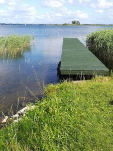 Drewniany domek nad jeziorem
