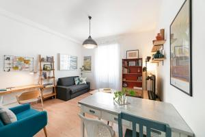 Sleek 2 bed flat 2 tube stops from the Colosseum