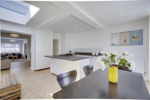 Bright 3Bed, 2.5Bath House w/Garden in Barnes, Appartamenti  Londra - big - 9