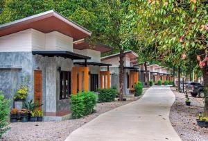 Baan Klang Suan Resort (บ้านกลางสวนรีสอร์ท) - Lang Suan