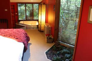 Linden Gardens Rainforest Retreat - Accommodation - Mount Dandenong