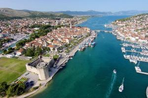Apartments with a parking space Trogir - 15316, Apartmanok  Trogir - big - 11