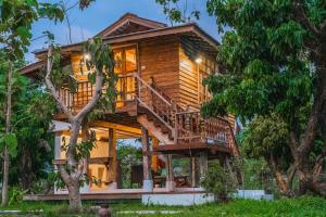 Baanchandra wooden house hidden in the garden - Ban Rim Khan Luang (1)