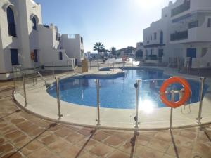 Modern 2 bed / 2 bath apartment ideally located by beach & marina