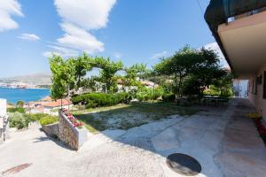 Apartment Ljube, Apartments  Trogir - big - 20