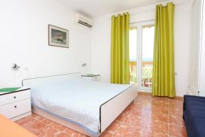Apartments by the sea Marusici (Omis) - 1024, Apartmány  Mimice - big - 3