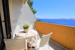Apartments by the sea Marusici (Omis) - 1024, Apartmány  Mimice - big - 43