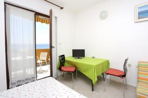 Apartments by the sea Marusici (Omis) - 1024, Apartmány  Mimice - big - 40