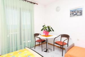 Apartments by the sea Marusici (Omis) - 1024, Apartmány  Mimice - big - 38