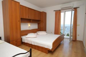 Apartments and rooms with parking space Brela (Makarska) - 6895