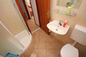 Apartments by the sea Rastici (Ciovo) - 4823, Apartmanok  Trogir - big - 33