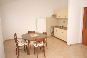 Apartments by the sea Rastici (Ciovo) - 4823, Apartmanok  Trogir - big - 36