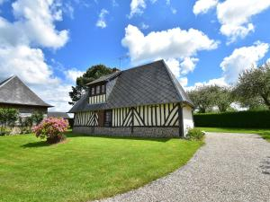 Quaint Holiday Home by the Orchards in Morainville-Jouveaux
