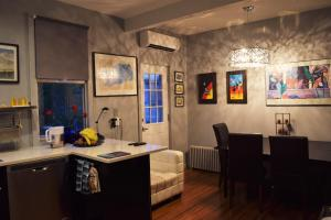 Private Rooms, Shared Bath in Cozy Homestay Minutes From Logan Airport - Hotel - Boston