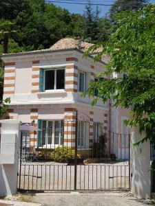 obrázek - La maison près de la fontaine