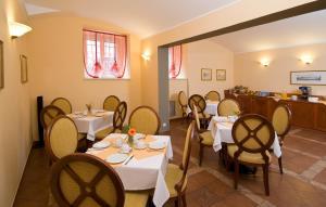 Hotel Raffaello, Hotely  Praha - big - 35