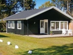 Three-Bedroom Holiday home in Dronningmølle 4