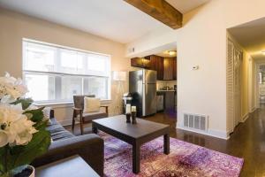 Comfortable Wrigleyville Apartment
