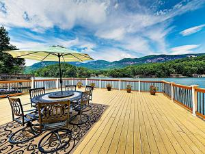 obrázek - New Listing! Lakefront Cabin: Deck, Mountain View Home
