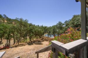 . East Beach Lakefront - 5 Bed 4 Bath Vacation home in Lake Nacimiento