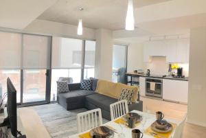 Stylish Comfy 2BR 3 Bed Condo in Central Toronto, Free Parking