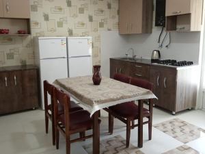 Nino's Guesthouse, Ferienwohnungen  Bordschomi - big - 13