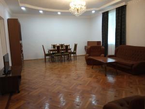 Nino's Guesthouse, Ferienwohnungen - Bordschomi