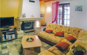 Location gîte, chambres d'hotes Holiday Home Louzy Rue Des Grand Ormeaux dans le département Deux Sèvres 79