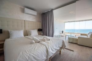 Stunning new apartment with amazing sea views at the beach