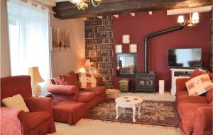 Seven-Bedroom Holiday Home in Fougerolles du Plessis