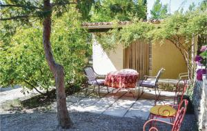 One Bedroom Holiday Home in Crillon le Brave