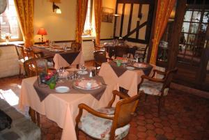 Hotel Restaurant Le Cygne, Hotel  Conches-en-Ouche - big - 29