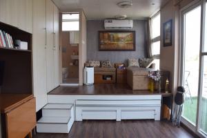 Rooftop Studio Apt with Sun Deck. 2min to Metro