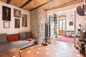 An Artist's Studio with Loft - AbcAlberghi.com