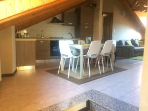 Mansarda spaziosa con posto auto - Hotel - Esino Lario