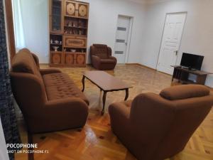 Nino's Guesthouse, Ferienwohnungen  Bordschomi - big - 4
