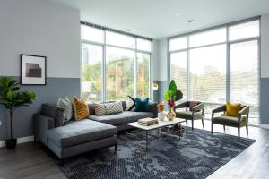 Domio I South Loop I Grand 3 BR/2.5 BA Duplex + Fitness Center and Pool
