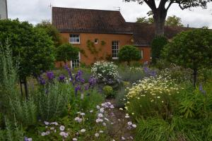 Unique cosy cottage with stunning gardens