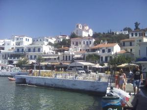 O xsenonas tis Elenis Andros Greece