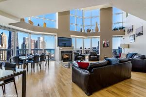 The Penthouse at Grand Plaza - Apartment - Chicago