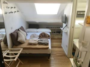 Independent bright room in the center of Milan