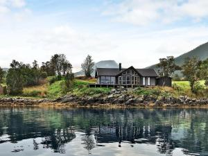 Four-Bedroom Holiday home in Gullesfjord - Hotel - Flesnes