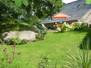 Vintage Holiday Home in Huelgoat with Spacious Garden