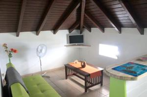 Studio in Sainte Anne with enclosed garden and WiFi 8 km from the beach