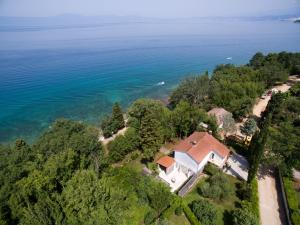 5 bedroom holiday home by the sea in Njivice