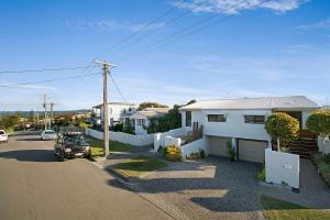 Minutes walk to Peregian Beach and surf! - Unit 1/28 Pelican Street