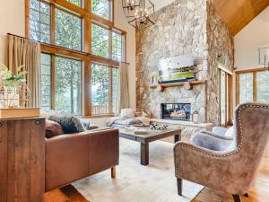 . New Listing! Luxe Lodge W/ Mountain-View Hot Tub Home