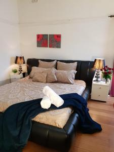 GIRLS ONLY. Large bedroom with KING bed, close to everything